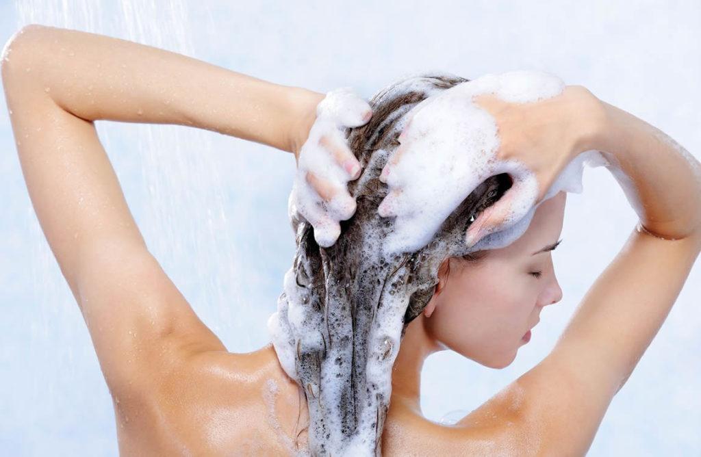 Vrouw zeept haar in